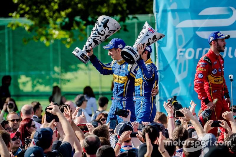 Buemi levanta troféu ao lado do companheiro Nicolas Prost