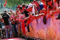 Nico Hülkenberg, Sahara Force India F1 signe des autographes pour les fans