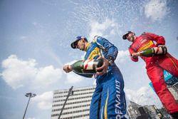 Le vainqueur Sébastien Buemi, Renault e.Dams, et le 2e, Daniel Abt, sur le podium