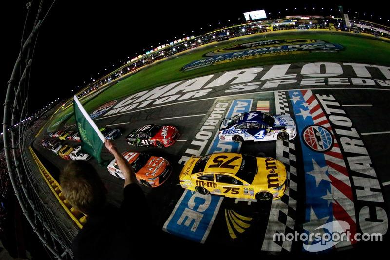 Start zu Segment 1: Kevin Harvick, Stewart-Haas Racing Chevrolet und Kyle Busch, Joe Gibbs Racing To