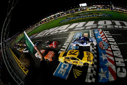 Start zu Segment 1: Kevin Harvick, Stewart-Haas Racing Chevrolet und Kyle Busch, Joe Gibbs Racing To