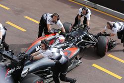L'écurie McLaren ramène la McLaren MP4-31 de Jenson Button dans son garage