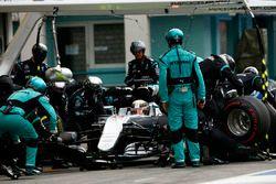 Lewis Hamilton, Mercedes AMG F1 W07 Hybrid dans la voie des stands