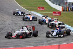 Romain Grosjean, Haas F1 Team VF-16 et Felipe Nasr, Sauber C35 en lutte pour une position