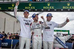 Ganadores de la carrera #2 Porsche Team Porsche 919 Hybrid: Romain Dumas, Neel Jani, Marc Lieb celeb