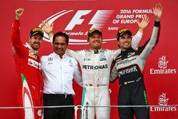 Podio: Sebastian Vettel, Ferrari, segundo; Nico Rosberg, Mercedes AMG F1, ganador de la carrera; Ser