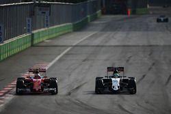 Kimi Räikkönen, Ferrari SF16-H, und Nico Hülkenberg, Sahara Force India F1 VJM09, im Positionskampf
