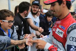 #8 Audi Sport Team Joest Audi R18: Lucas di Grassi signs autographs for the fans