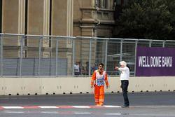Charlie Whiting, delegado de la FIA inspecciona el circuito después de clasificación de la GP2 que s