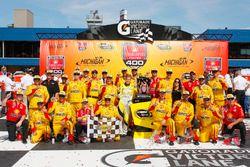 Ganador de la carrera Joey Logano, Team Penske Ford