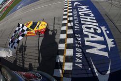 Joey Logano, Team Penske Ford s'impose