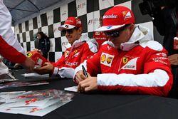 Sebastian Vettel, Ferrari, Kimi Raikkonen, Ferrari signent des autographes pour les fans