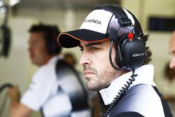 Fernando Alonso, McLaren dans le garage
