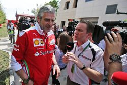 Maurizio Arrivabene, Ferrari Team Principal con Craig Slater, Sky F1 Reportero