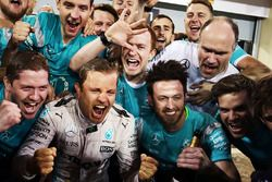 Race winner Nico Rosberg, Mercedes AMG F1 Team celebrates with the team