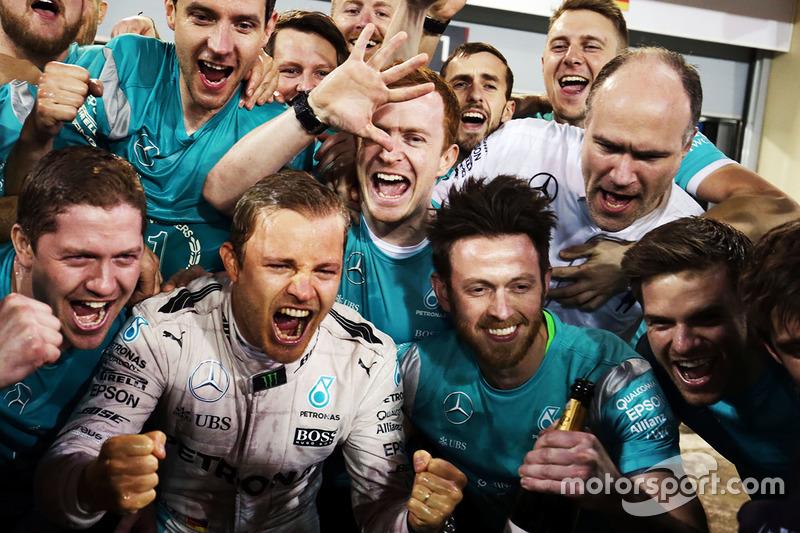 Ganador de la carrera Nico Rosberg, Mercedes AMG F1 Team celebra el equipo