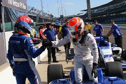 Sieger Ed Jones, Carlin, nimmt die Gratulation von Dean Stoneman, Andretti Autosport, entgegen