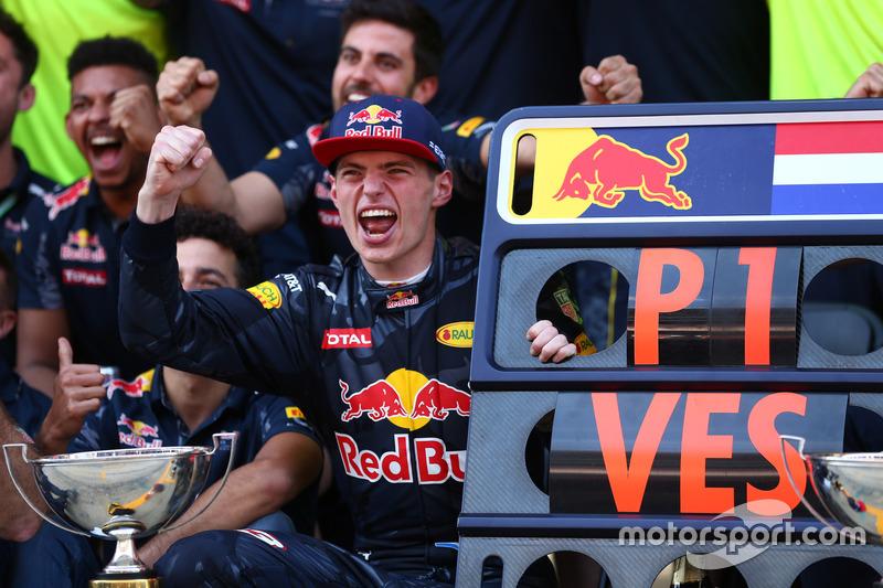 #1: Sieger Max Verstappen feiert mit dem Team von Red Bull Racing