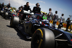 Jenson Button, McLaren MP4-31 poussé sur la grille devant Fernando Alonso, McLaren MP4-31