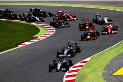 Nico Rosberg, Mercedes AMG F1 W07 Hybrid devant Lewis Hamilton, Mercedes AMG F1 W07 Hybrid Daniel Ricciardo, Red Bull Racing, Sebastian Vettel, Scuderia Ferrari SF16-H et le reste du peloton au départ