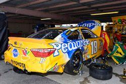 Des mécaniciens travaillent sur la voiture accidentée de Kyle Busch, Joe Gibbs Racing Toyota