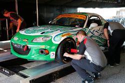 Auto #26 Freedom Autosport Mazda MX-5: Andrew Carbonell, Liam Dwyer, durante la inspección