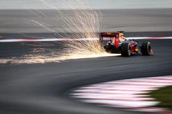 Daniel Ricciardo, Red Bull Racing RB12 kıvılcımlar saçıyor