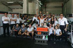 Andrea Bassi festeggia la vittoria del titolo TCS con il team
