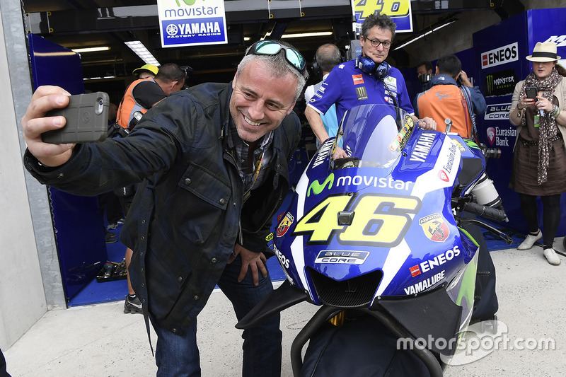 Matt Leblanc con la Yamaha de Valentino Rossi