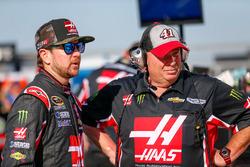 Kurt Busch, Stewart-Haas Racing Chevrolet, et son crew chief Tony Gibson
