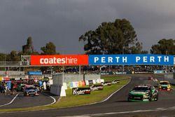 Cameron Waters, Prodrive Racing Australia Ford ve Craig Lowndes, Triple Eight Race Engineering Holde