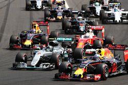 Départ : Daniel Ricciardo, Red Bull Racing RB12 devant Lewis Hamilton, Mercedes AMG F1 W07 Hybrid
