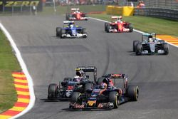Daniil Kvyat, Scuderia Toro Rosso STR11 y Jenson Button, McLaren MP4-31 Batalla por la posición