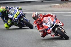 Пит-стоп: Андреа Довициозо, Ducati Team, и Валентино Росси, Yamaha Factory Racing