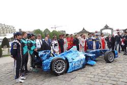 Csoportkép és Alejandro Agag, a Formula E vezérigazgatója és Jean Todt, az FIA elnöke