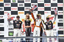 Podio GT: ganador Alvaro Parente, K-Pax Racing, segundo lugar Michael Cooper, Cadillac Racing, terce