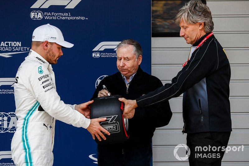 Il poleman Valtteri Bottas, Mercedes AMG F1, riceve il Pirelli Pole Position Award