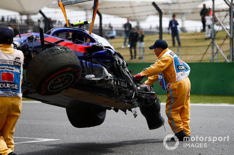 Los comisarios retiran el coche accidentado de Alexander Albon, Toro Rosso STR14