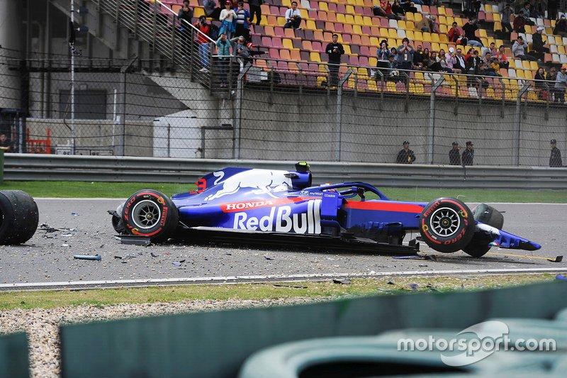 La monoposto di Alexander Albon, Toro Rosso STR14, dopo l'incidente nelle FP3