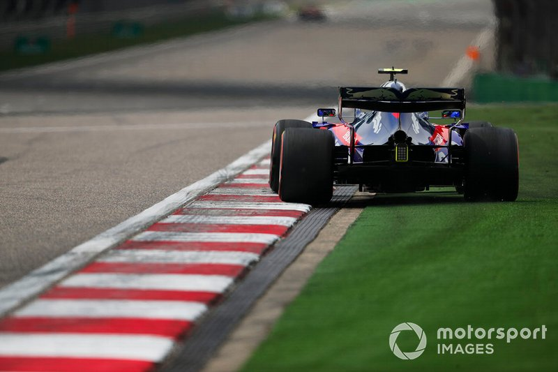 Alexander Albon, Toro Rosso STR14, runs wide onto the astroturf