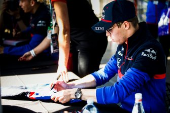 Daniil Kvyat, Toro Rosso signs autographs for fans