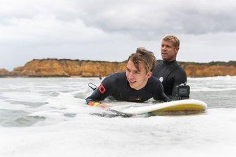Pierre Gasly fait du surf