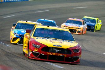 Joey Logano, Team Penske, Ford Mustang Shell Pennzoil and Kyle Busch, Joe Gibbs Racing, Toyota Camry M&M's