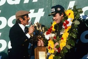 Alan Jones, Williams, interviewé sur le podium par Jackie Stewart, avec Carlos Reutemann, Williams