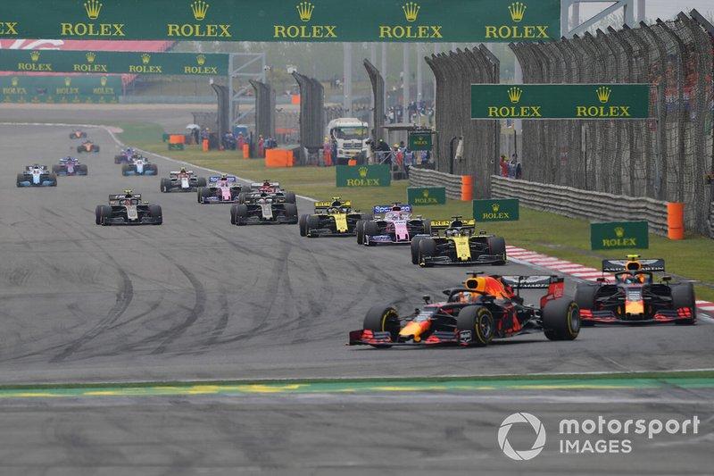 Max Verstappen, Red Bull Racing RB15, precede Pierre Gasly, Red Bull Racing RB15, Daniel Ricciardo, Renault F1 Team R.S.19, Sergio Perez, Racing Point RP19, Nico Hulkenberg, Renault F1 Team R.S. 19, e il resto del gruppo, nel giro di apertura