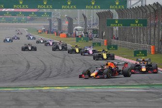 Max Verstappen, Red Bull Racing RB15, leads Pierre Gasly, Red Bull Racing RB15, Daniel Ricciardo, Renault F1 Team R.S.19, Sergio Perez, Racing Point RP19, Nico Hulkenberg, Renault F1 Team R.S. 19, and the remainder of the field on the opening lap