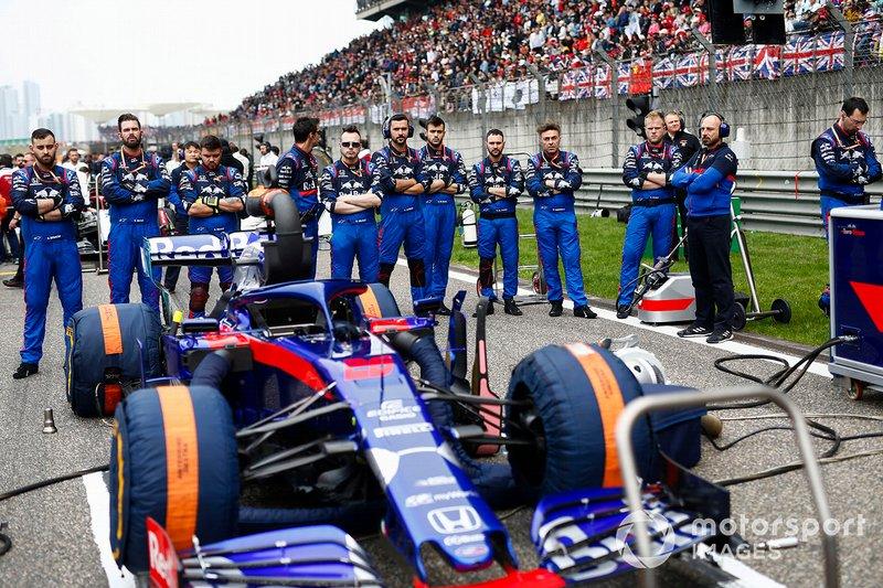 Mecánicos de Toro Rosso con el coche de Daniil Kvyat, Toro Rosso STR14