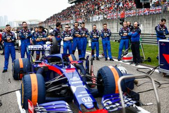 Toro Rosso mechanics on the grid with the car of Daniil Kvyat, Toro Rosso STR14