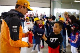 Lando Norris, McLaren con i grid kid