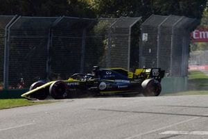 Daniel Ricciardo, Renault F1 Team R.S.19, damages his front wing at the start